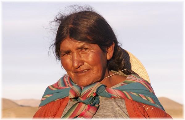 ... Indigena-Bäuerin auf dem Feld