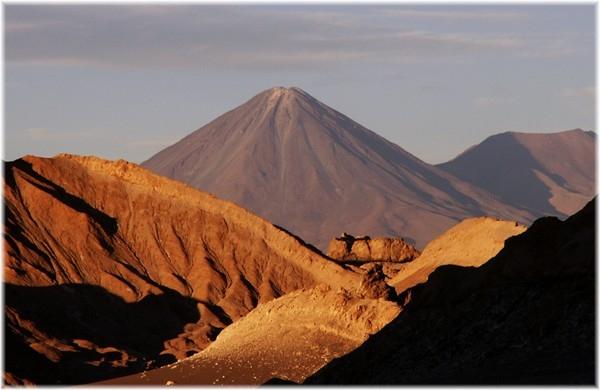 ... Vulkan Licancabur 5930 m, im Hintergrund