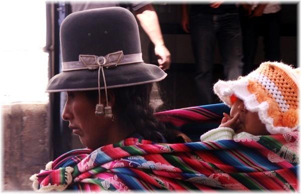 ... Bolivianerin mit dem Manta, das traditionelle Tragetuch für alle Zwecke