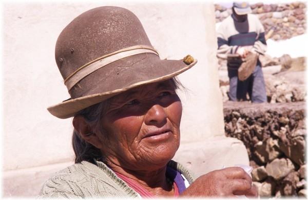 ... Marktfrau in Uyuni mit typischem Bowlerhut