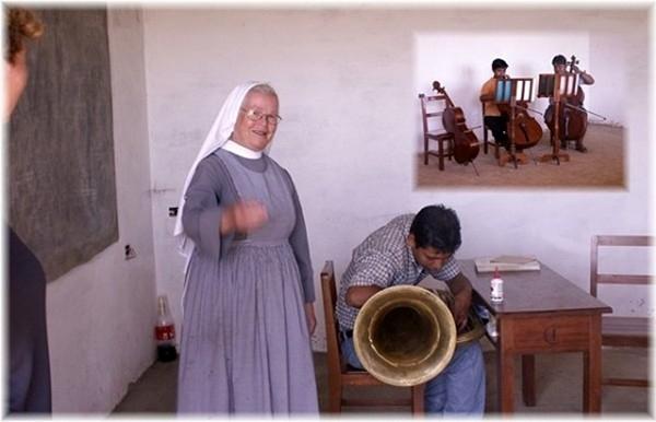 ... Schwester Ludmila führt uns durch die Musikschule