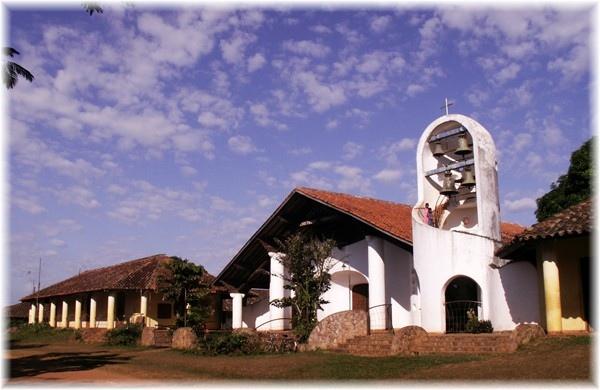 ... die Missionskirche von Urubicha, links das Missionsgebäude aus der Kolonialzeit im dem wir wohnen
