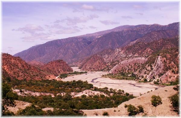 ...kurz nach Sucre, die Straße (links im Bild) schlängelt sich am Flussbett entlang