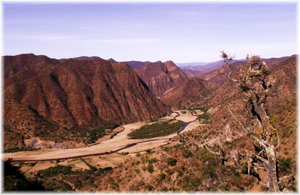 ... Blick von der Passhöhe ins Flussbett des Rio Caine