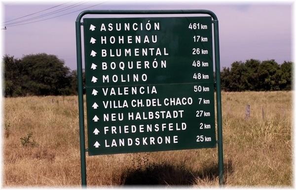 ... Ortshinweisschild mit deutschen Ortsnamen im Chaco