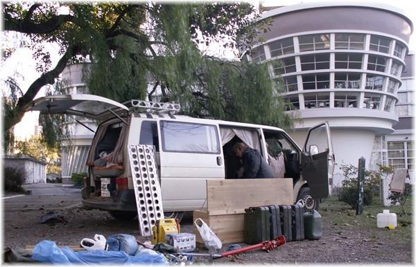 ... auf dem Gelände des Yachthafens von Olivos bereiten wir unseren VW-Bus zum Verschiffen vor