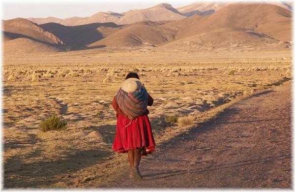 ... Indigena-Bäuerin auf dem Nachhauseweg